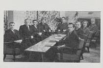 Učitelská sbor jevíčského gymnázia z roku 1967.  Prof. Leoš Ondra je první zprava a prof. Štěpán Hoch je třetí zleva. Foto: archiv autora