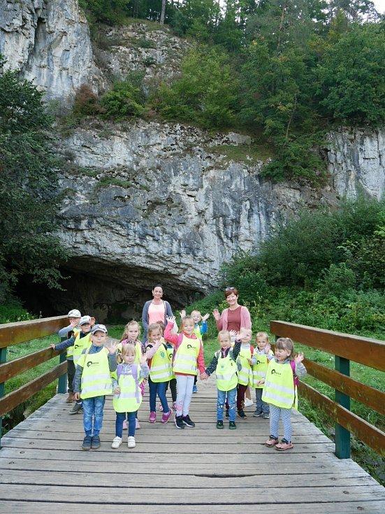 Děti z němčické školky na výletě ve sloupských jeskyních.