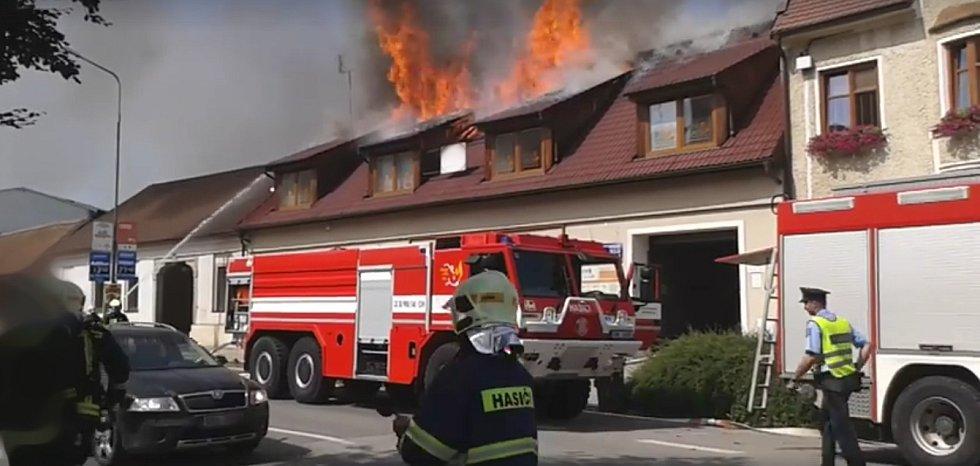 Požár střechy podkrovního domu v Boskovicích nápáchal podle vyšetřovatele škodu za několik milionů korun.