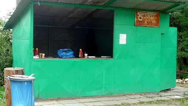 Čekára v Uhřicích slouží také jako občerstvení na hřišti.