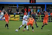 Fotbalisté Blanska (v oranžovém) v utkání s Vyškovem - ilustrační foto.
