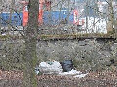 Na břehu Svitavy v Blansku v blízkosti vlakové zastávky je velký nepořádek.