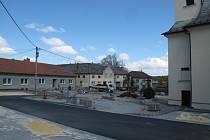 Opravy prostranství kolem kostela v Benešově se blíží do finále.