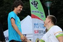 Lukáš Olejníček příjmá gratulaci od ředitele Desítky Moravským krasem Tomáše Mokrého při premiérovém ročníku závodu.