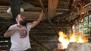 Šlajfíř ukazoval dávné broušení sekery. Stejný postup používá doma na nože