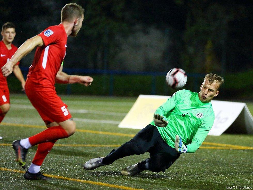 Blanensko (ve fialovém) v úvodním kole Superligy malého fotbalu zdolalo doma Pardubice.