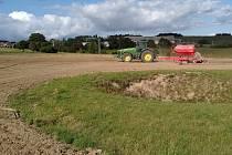 Zemědělci v Moravském krasu zatravňují desítky hektarů polí. Změna hospodaření má zvýšit ochranu unikátních jeskyní. Na snímku zatravňování v okolí závrtu nedaleko Šošůvky.