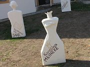 Deset bust významných blanenských osobností zkrášlilo prostranství před základní uměleckou školou