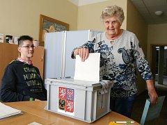 V prvních hodinách komunálních voleb měli na Blanensku největší zastoupení v účasti senioři.