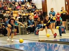 Naděžda Dobešová z Rosic (modrý dres), vedle které je aktuální světová jednička Ines Maričič hrající za Bamberg.
