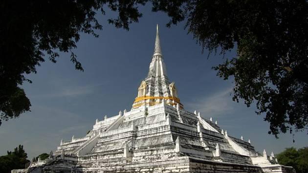 CHRÁM V AYUTTHAYI.  Památka je jedním  z velkolepých pozůstatků historické architektury siamského království.