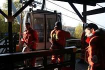 Záchranáři na lanovce.