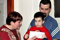Peníze, za které malému Lukáškovi pořídí polohovací lůžko, předala organizátorka letovické Polévky pro chudé i bohaté Helena Kalasová a provozovatel restaurace Karlov František Kulhavý.