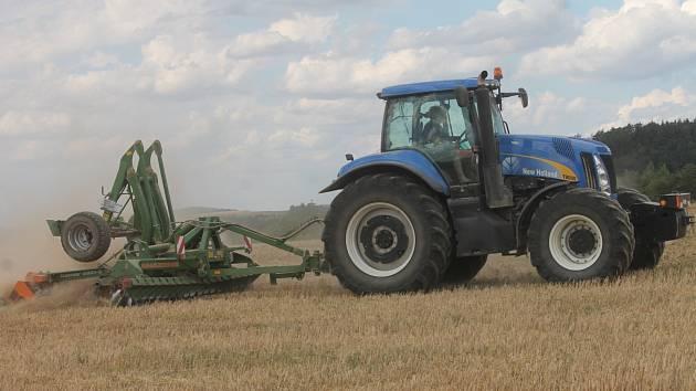 Součástí sklizně obilí je i balíkování slámy. Pilno teď mají například zemědělci u Holešína.