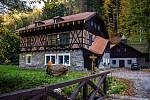 Švýcárna u Adamova stojí od devatenáctého století. Původně to měly být struskové lázně.