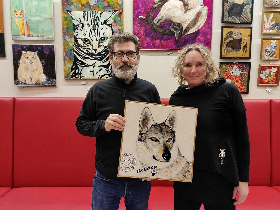 Kmotrem draženého obrazu, který namalovala brněnská výtvarnice Romana Štryncl (na snímku vpravo), je herec Radim Fiala.