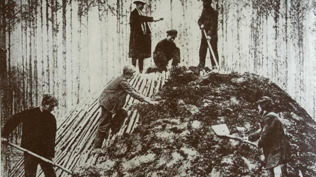 Těžba železné rudy a její zpracování měly v okolí Adamova dlouhou tradici. Práce na miliři v okolí Adamova.