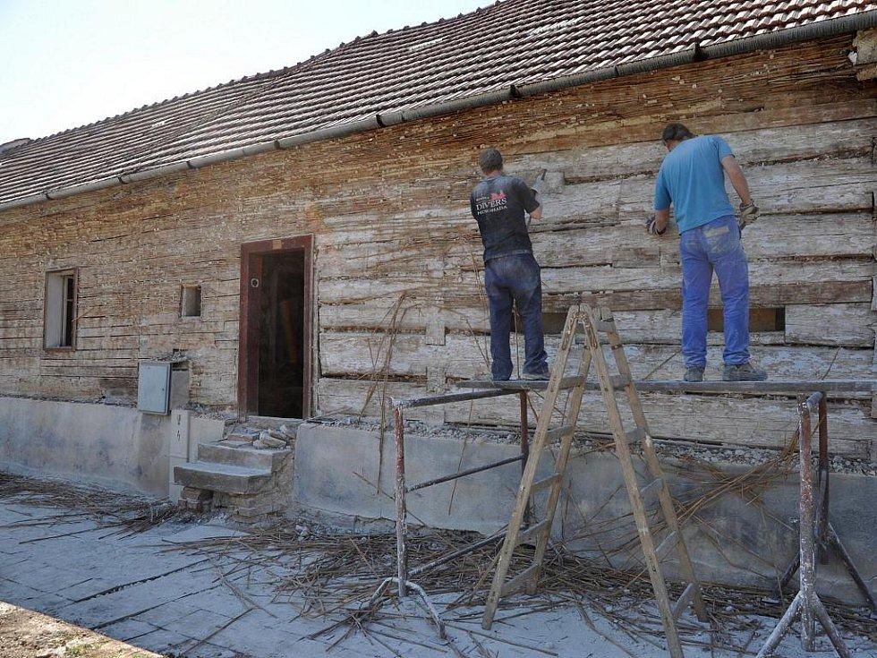 Už od minulého týdne pracují lidé na rozebírání selské usedlosti v Knínicích. Budovu pocházející z roku 1692 plánuje přestěhovat do Světlé sdružení Živé muzeum.