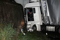 Ve středu v noci boural v Sasině polský kamion. Narazil do viaduktu. Cizinci za volantem naměřili policisté téměř dvě promile alkoholu. Havarovaný kamion blokoval provoz na I/43 aŽ do půl sedmé ráno.