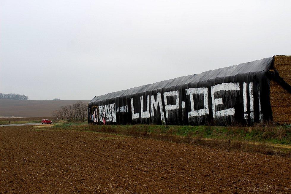 Neznámý člověk či lidé vytvořili nápisy na plachtách zakrývající stohy nedaleko místa tragické nehody u Pavlic, při které zahynulo pět lidí včetně teprve čtyřměsíčního chlapečka a jeho matky.