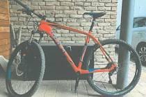 Zloděj odcizil jízdní kolo značky Rock Machine oranžové barvy.