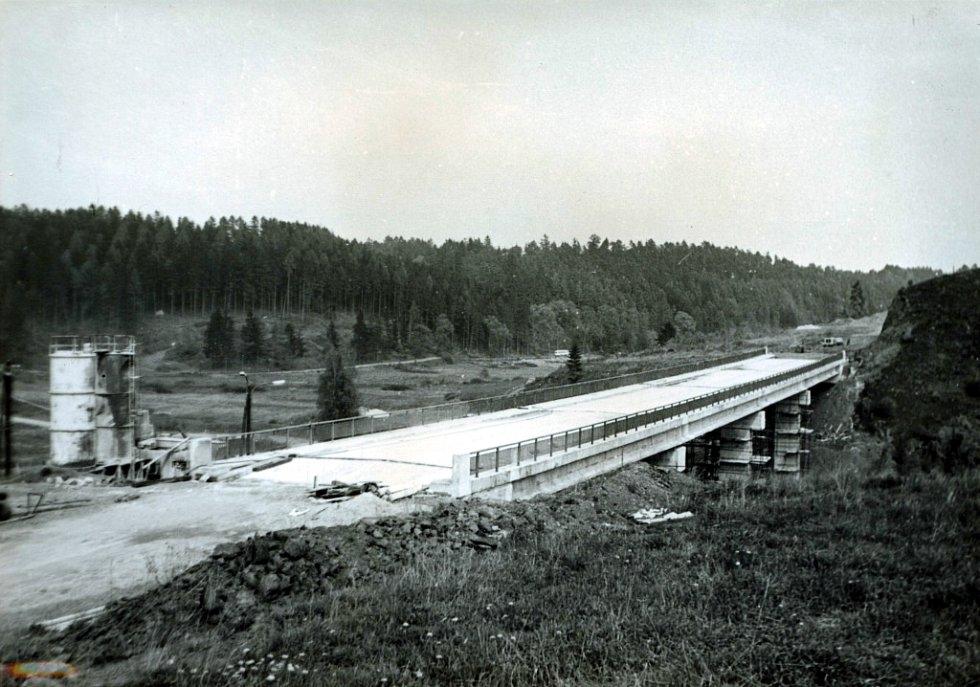 Most na silnici Křetín-Letovice, vlevo betonárka (léto 1974).