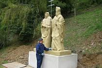 Nové sousoší slovanských věrozvěstů Cyrila a Metoděje stojí v zámeckém parku ve Křtinách od středy. Kamenné sochy místní slavnostně odhalí v sobotu ve čtyři hodiny odpoledne. Sousoší navrhl a vytvořil Bedřich Vašík z Vnorov–Lidéřovic (na snímku).