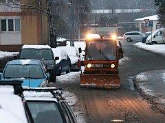 Přívaly sněhu vystřídala v ulicích Blanska na prosolených chodnících a silnicích břečka. Silničáři jsou stále v pohotovosti.