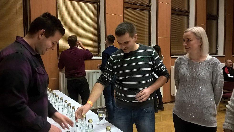 První ročník koštu pálenek pořádali v Petrovicích. Sešlo se tam devětadvacet vzorků. Zvítězila slivovice s medem.