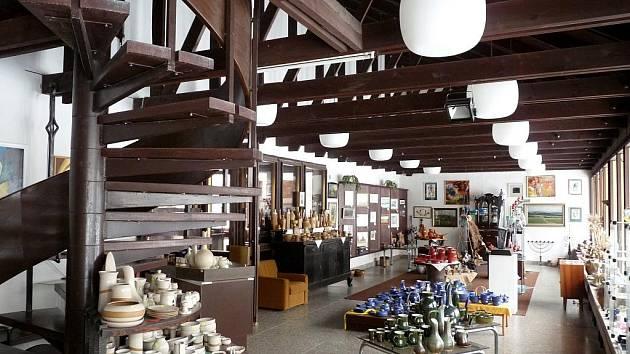 Více než stoletou tradici Kunštátské keramiky přerušila vloni na jaře smrt majitele ochranné známky. Nyní je dílna v prodeji, poté by se pece v Moravia art s.r.o mohly znovu rozpálit.