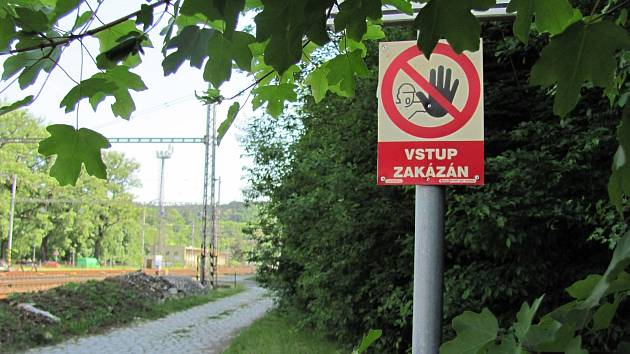 Blanenský lom znovu obklopili návštěvníci. I když vstupují na soukromý pozemek a mnozí z nich volí cestu přes koleje.