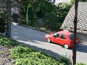 Dělníci rozšíří silnici pod adamovským kostelem svaté Barbory. Podle místních řidičů zmizí jedno z nejrizikovějších míst.