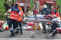 Za Bořitovem ve směru na Svitavy se ve čtvrtek ráno srazila cisterna převážející kyselinu chromovou s autobusem. Na místě zůstalo několik mrtvých a desítky zraněných. Vše bylo naštěstí jen jako.