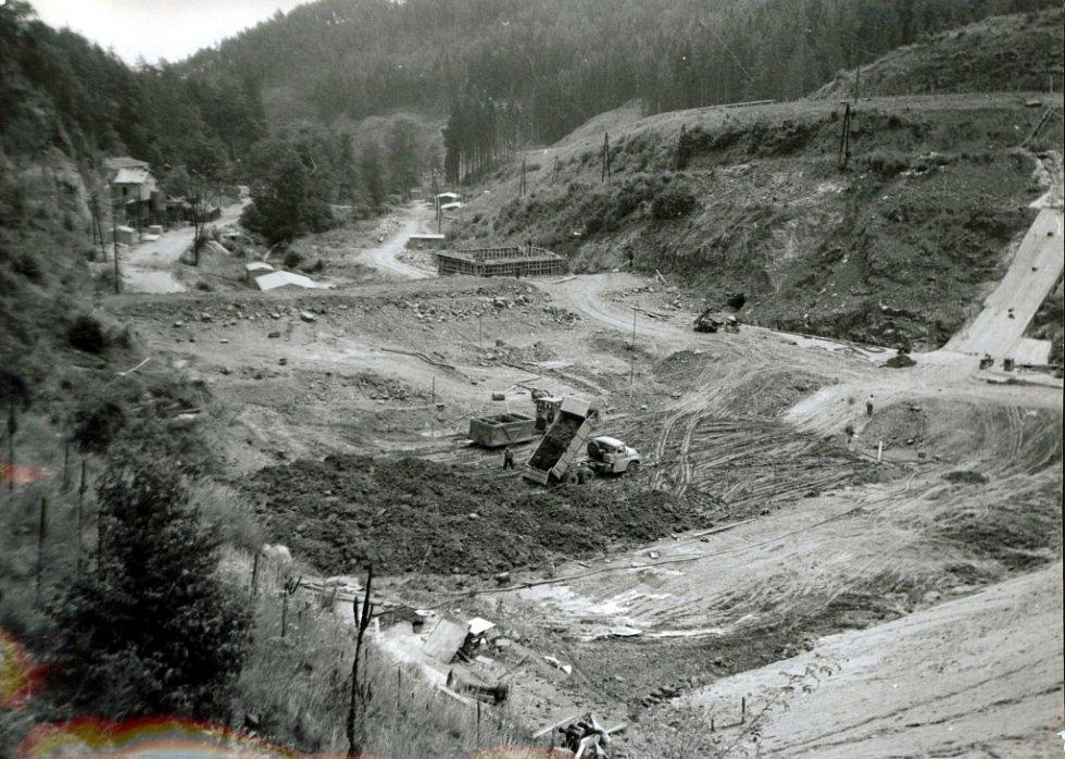 Sypání těsnící části hráze (léto 1975).