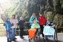Správa jeskyní v pondělí otevřela novou upravenou trasu. Na dno propasti Macocha se podívají i vozíčkáři.