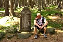Křížový kámen poblíž obce Pyšel na Třebíčsku. Připomíná vraždu novomanželů, které zabil odmítnutý milenec. Kamenná deska v obci Věcov na Žďársku je svědectvím hrdelního zločinu. Křížové kameny z Vojtěchova zase připomínají další vraždy.