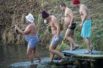 Do vody, která měla jen jeden a půl stupně, se ve Stvolové ponořilo dvaadvacet dospělých a sedm dětí.