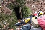Jeskyňářovu nohu uvěznil v podzemí velký kámen. Hasiči a členové speleologické záchranné služby organizují jeho záchranu.