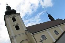 KOSTEL SVATÉHO MARTINA. První zmínka o něm pochází z roku 1136, kdy se olomoucký biskup Jindřich Zdík rozhodl postavit v Blansku na statku olomouckého biskupství kostel. Před kostelem je pamětní deska ženy, která se mohla stát anglickou královnou. Deska j