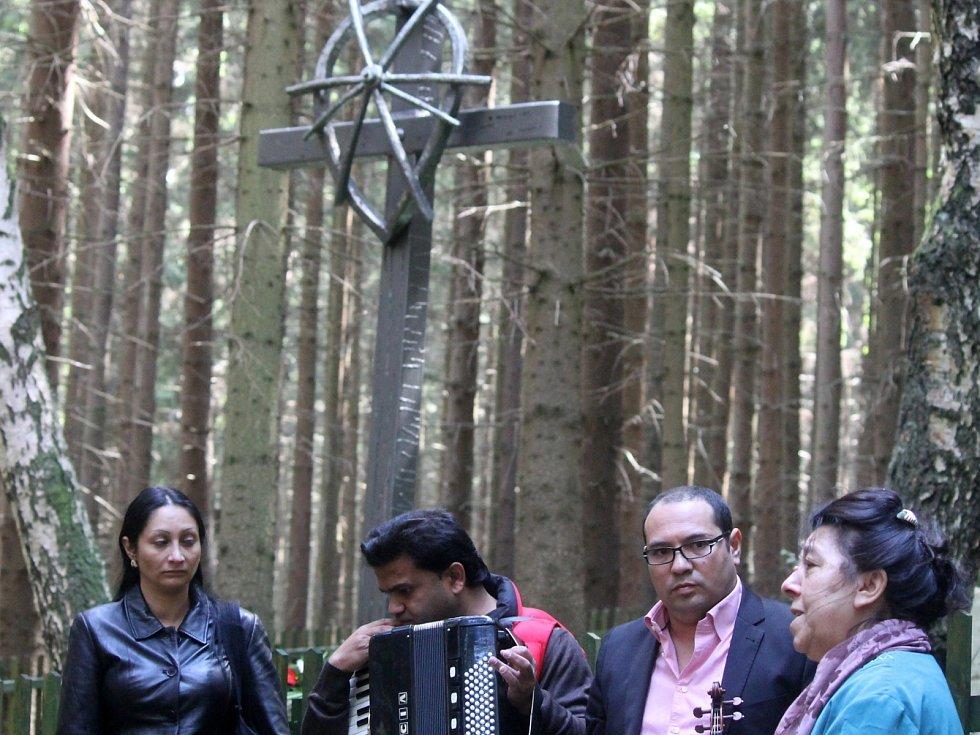 V Žalově položili v neděli věnce. Uctili oběti romského holocaustu.