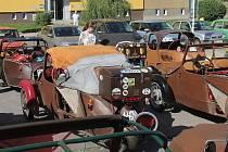 Náměstí Republiky v Blansku zaplnily v neděli dopoledne desítky plátěných vozítek značky Velorex. Přijely na tradiční sraz, který pořádal Fan klub Velorex. Konal se už počtyřiadvacáté.