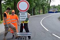 V úterý odpoledne dělníci odstranili značky, které zakazovali vjezd do Skalice nad Svitavou směrem od Mladkova. Od středy je možný i průjezd Pilským údolím u Boskovic, ale řidiči musí dát pozor na dokončovací práce.