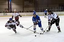 Hokejisté Dynamiters Blansko (v modrém) prohráli v prvním semifinále play-off krajské ligy s Minervou Boskovice 6:7. Navíc po úterním zápase přišli o tři klíčové hráče.