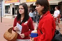 Oblastní charita Blansko ve čtvrtek uspořádala v ulicích Blanska a Boskovic sbírku s Názvem Koláč pro domácí hospicovou péči. Ti, kteří si od zaměstnanců charity koupili koláč, přispěli na nákup polohovacích lůžek pro těžce nemocné lidi.