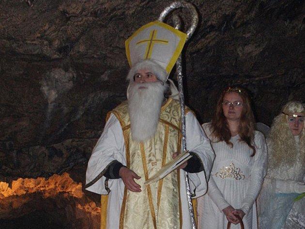 V pátek a v sobotu jeskyni Výpustek otvírali andělé. Děti do ní vstupovaly se zatajeným dechem a doufaly, že je obdaruje Mikuláš a neseberou čerti. Když se za nimi zavřela brána jeskyně, kde byl cítit pekelný dým, nebylo však jisté vůbec nic.