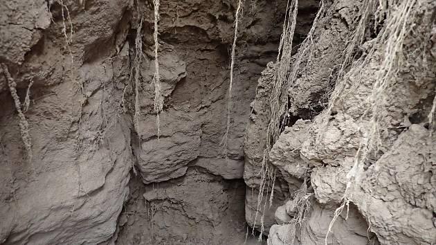 Vstup do nových podzemních prostor? Propojení s nedalekým unikátním systémem Amatérské jeskyně? U silnice mezi Sloupem a Ostrovem u Macochy na Blanensku se nedávno dal do pohybu jeden z tamních krasových závrtů - propadů půdy.