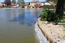 Opravený rybník Klimšák v Rájci-Jestřebí už je zase plný vody.