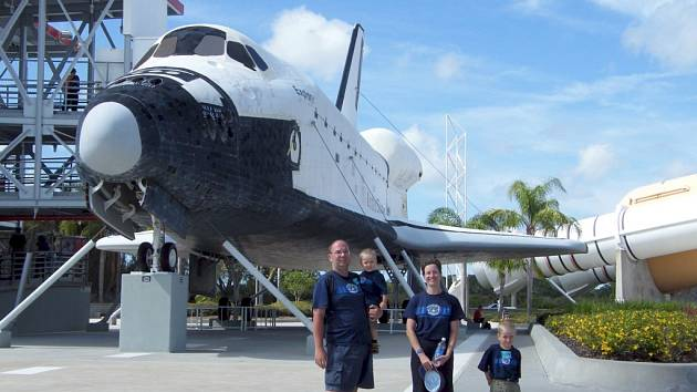 Fotografie zachycují start raketoplánu Atlantis k Hubbleovu teleskopu z roku 2009 a dále pak poslední let Discovery z loňského února. Přibyl s rodinou navštívil i kosmodrom na Floridě.