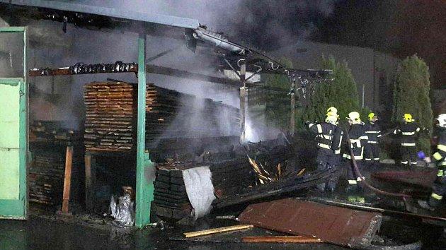 Čtyři jednotky hasičů zasahovaly vnoci na středu ve Velkých Opatovicích. VDlouhé ulici hořelo vareálu stolařské firmy.