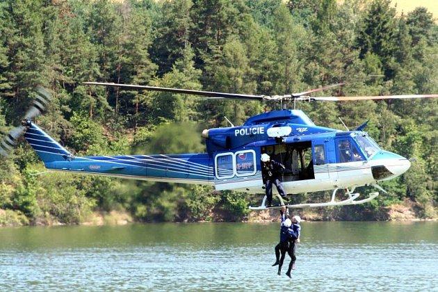 Letečtí záchranáři včera nad letovickou přehradou trénovali vytahování lidí z vody.